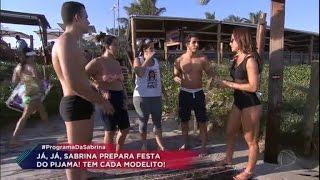 A Sabrina Sato passou momentos ao lado da família Soares. Quando foram à praia, ela e as garotas acabaram encontrando o...