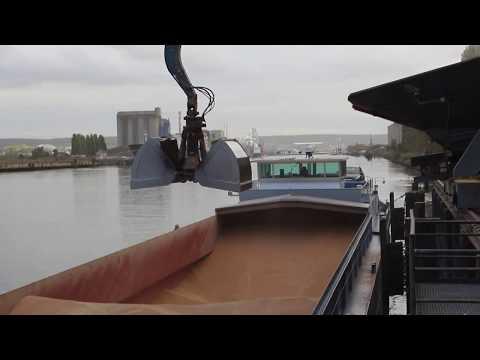 Выгрузка баржи с зерном в Руане (видео)