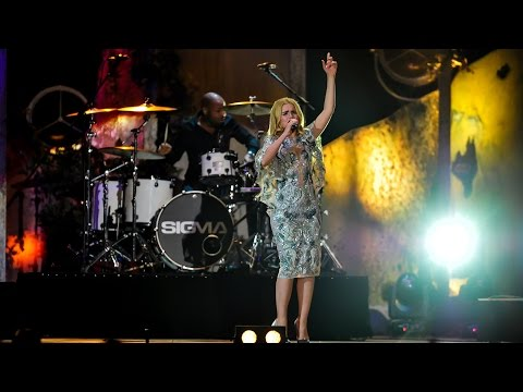 Paloma Faith – Only Love Can Hurt Like This / Changing (feat. Sigma) at BBC Music Awards 2014