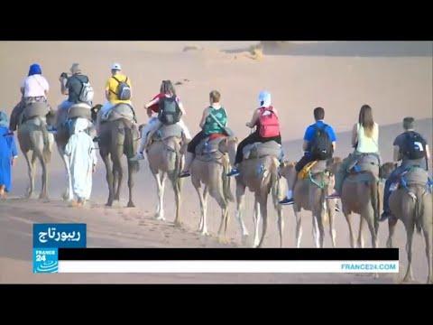 العرب اليوم - شاهد: رمال الصحراء في المرزوقة تجذب السياح للاستشفاء