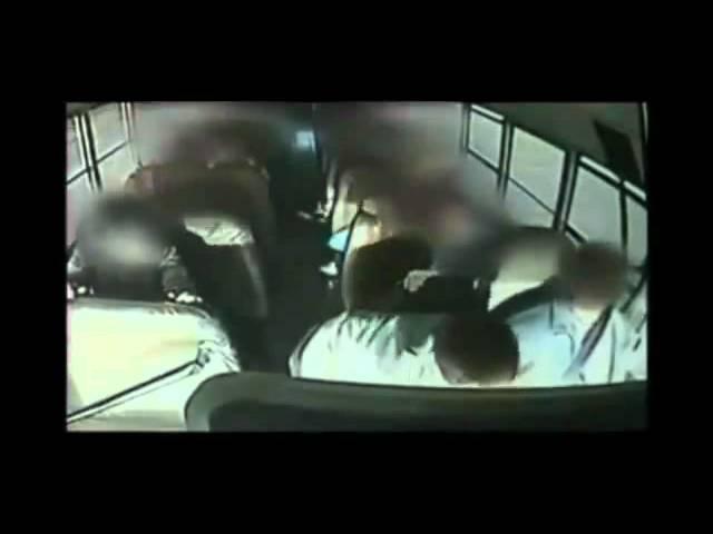 Em bé dũng cảm cứu xe bus