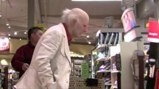 מתיחה בקניון - איש זקן מפליץ ליד אנשים