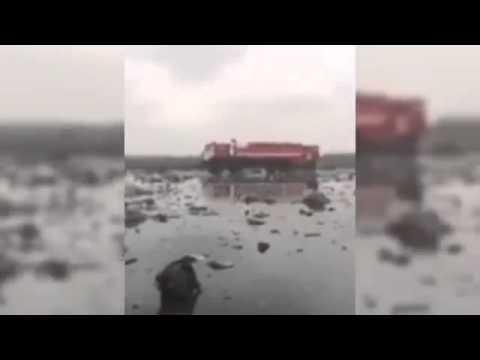 Первое видео обломков разбившегося самолета Boeing 737 в аэропорту Ростова (видео)