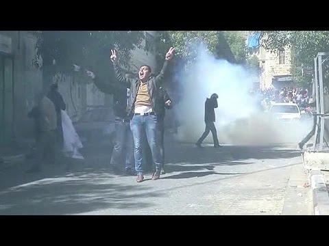 Παλαιστίνιοι πετούν τα παπούτσια τους σε αφίσα του Τραμπ