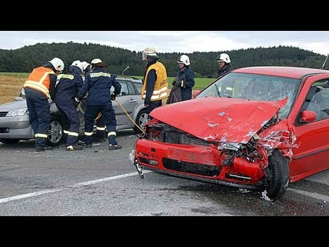 Frau bei Zusammenstoß im Auto eingeklemmt