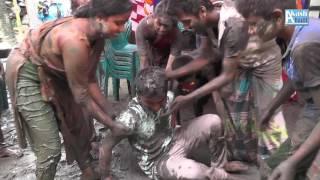 Mud flirting at villagers wedding in Bangladesh বিয়ে বাড়িতে কাদা মাখামাখি