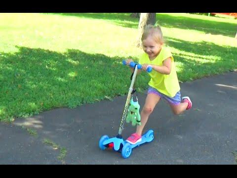 Алиса катается на самокате в Парке Победы Alice rides a scooter in Victory Park (видео)