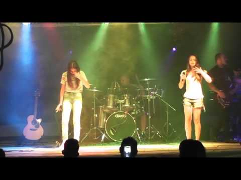Meninas de Kaloré cantando no Festival de Calouros em Borrazópolis