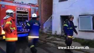 """Kl. 04:24. Kom meldingen på """"Brand i villa"""" på adressen Gl. Jellingvej 26 i Vejle. Ved ankomst kunne man se at det var i et..."""