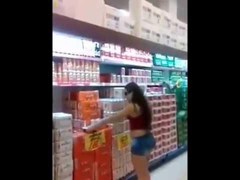 بالفيديو .. فتاة قصيرة تتعرض لموقف محرج داخل سوبر ماركت شاهد ما الذي حدث