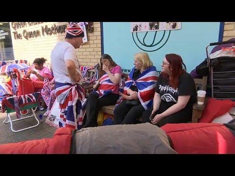 العرب اليوم - شاهد: البريطانيون يحتفلون بمولد الأمير الجديد على طريقتهم