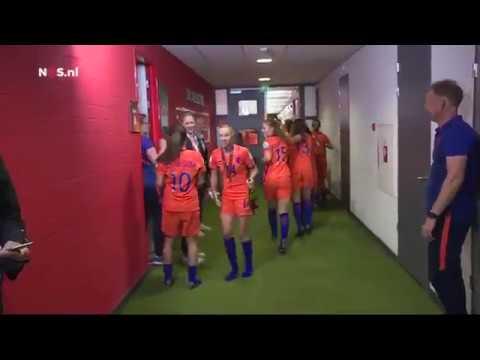 Champagnedouche in de kleedkamer voor Oranjevrouwen EK Vrouwenvoetbal