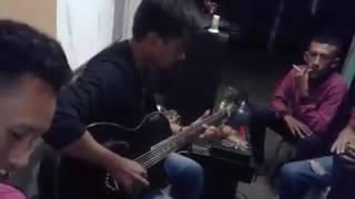 Download Video Fildan Rahayu bermain gitar di Asrama Buton Makassar sebelum memgikuti audisi di Makassar MP3 3GP MP4