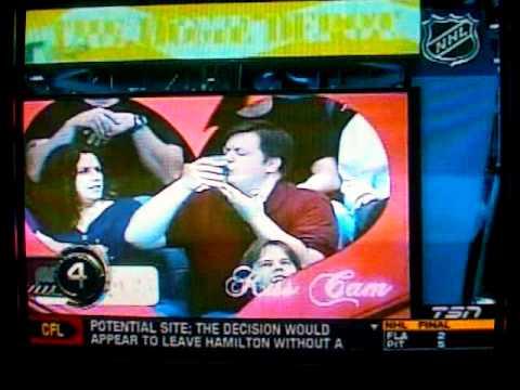 video que muestra a un hombre reaccionando ante la kiss cam