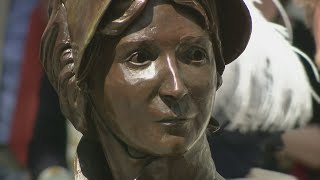 200 years after Jane Austen passed away people honoured her by unveiling the first ever statue of Austen and revealing the new £10 note featuring her portrait. Report by Adam Page.