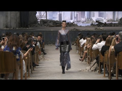 Chanel - More on http://www.chanel-news.com Full film of the CHANEL Fall-Winter 2013/14 Haute Couture show that took place on July 2nd at the Grand Palais, Paris. Sou...