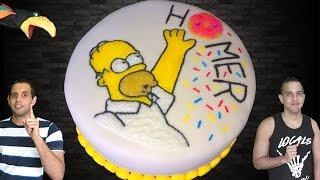 Essa receita veio direto de Springfield aqui pro Rio de Janeiro! Uma das séries animadas de maior sucesso no mundo, Os Simpsons modificaram como se via animação, com piadas sarcásticas e críticas.E para homenagear essa série, e claro nosso herói Homer, o Capitão Bobalhão, trazemos hoje o BOLO DOS SIMPSONS, ou BOLO DO HOMER SIMPSON! E claro, revelamos o parentesco da nossa avó com nossos amigos amarelados de Springfield! Porque além de delicioso, ele bolo fica lindo, usando nossa técnica de Gel de Decoração (Piping Gel), a mesma que usamos no nosso belíssimo Bolo da Bela e a Fera! Vem que tá imperdível!Curta nosso Facebook: https://www.facebook.com/CanalCadeiaAlimentar/Nos siga no Instagram: https://www.instagram.com/cadeiaalimentar/Segue no Twitter: https://twitter.com/CadeiaAlimentarReceitaBolo de baunilha (https://www.youtube.com/watch?v=tIDeIJg5QGI) • 3 xic de farinha de trigo (340g)• 3 col sopa de amido de milho (30g)• 1 pitada de sal• 1 col sopa de fermento químico (15g)• 2 xic de açúcar (360g)• 1 xic de manteiga/margarina (200g)• 4 ovos• 1 colher de essência de baunilha• 180ml de leiteRecheio de Chocolate Cremoso (https://www.youtube.com/watch?v=FNx20wpcXAg)• 1 lata de leite condensado• 1 colher de sopa de manteiga/margarina• 1 pitada de sal• 25g de chocolate em pó• 250g de chocolate meio amargo• 1 e ½ caixa de creme de leitePiping Gel  (https://www.youtube.com/watch?v=tV2pswPVZVo)• 90ml de água• 40g de amido de milho• 150g de glucose de milho clara• corantes alimentícios nas cores: branco, preto, rosa, amarelo, marrom, azulDisco con Tutti de Kevin MacLeod está licenciada sob uma licença Creative Commons Attribution (https://creativecommons.org/licenses/by/4.0/)Origem: http://incompetech.com/music/royalty-free/index.html?isrc=USUAN1200091Artista: http://incompetech.com/