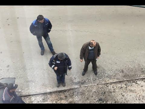 Коммунальщики Керчи ищут подземные коммуникации с помощью палочек лозы