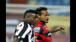 """Curtam nossa página: http://www.facebook.com/LeandroSportsVideosEm jogo fraco tecnicamente, Atlético-GO e Botafogo não saem do empateAlvinegro, que atuou praticamente com todos os reservas, abriu o placar com Vinícius """"Tanque"""", mas acabou sofrendo a igualdade após erro na saída de bolaO JOGOEm um jogo tecnicamente fraco, Atlético-GO e Botafogo, que começou apenas com um jogador titular (Bruno Silva), empataram em 1 a 1, na noite deste domingo, no Estádio Olímpico de Goiânia, em Goiás, em jogo válido pelo Brasileiro. Os gols foram marcados por Vinícius """"Tanque"""" e Paulinho.ATLÉTICO-GO DOMINA O PRIMEIRO TEMPONa última colocação no Campeonato, o Atlético-GO aproveitou os desfalques do Botafogo e começou melhor. Logos aos 15, Walter descolau belo lançamento para a área. Andrigo deixou escapar, mas a bola sobrou para Jorginho, que desviou e mandou para fora. O primeiro tempo foi marcado pelo domínio do Dragão, que parava na boa marcação do Alvinegro.O único ataque do Botafogo aconteceu aos 40. ViníciusTanque recebeu na direita e achou Guilherme no meio. O atacanteu cruzado, a bola desviou e saiu pela linha de fundo.JOGO MELHORAAssim como na etapa inicial, o Atlético-GO esteve melhor no segundo tempo, tanto que quase abriu o placar aos três minutos. Walter pegou sobra na entrada da área e soltou a bomba. Jefferson espalmou para o lado.O Botafogo respondeu com um gol aos 23. Gilson recebeu na ponta esquerda e cruzou na cabeça de Vinicius, que marcou. O Atlético-GO não se abateu e empatou sete minutos depois. Dudu Cearense saiu errado, Paulinho ficou com a bola e tocou para Jorginho. O camisa 10 rolou para o meio, e Diego Rosa, em posição duvidosa, dividiu com Emerson Silva, que cortou mal e deixou para o próprio Paulinho concluir: 1 a 1."""