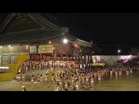 Χιλιάδες γυμνοί Ιάπωνες αψήφησαν το κρύο για να πιάσουν δύο ξύλα…