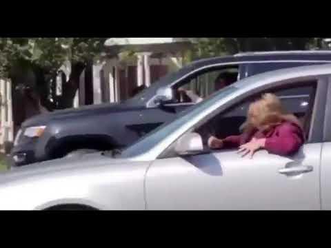 Szybciutka karma, baba wymachująca Fuckami do protestujących