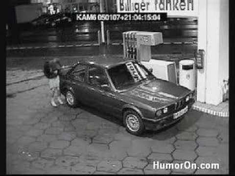 donna tenta di fare benzina ! esilarante !!