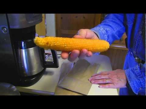 他把一整條玉米放到微波爐裡,3分鐘後你的一天就變得更美好了!
