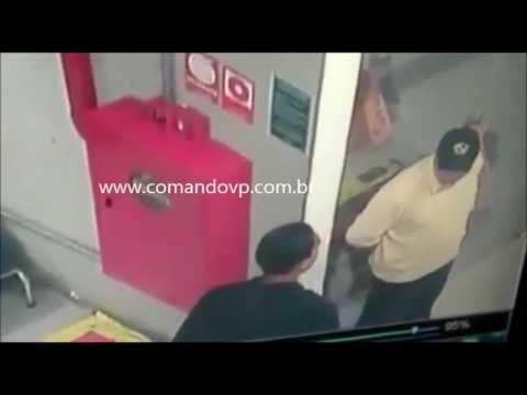 Bandido armado rende seguranças e assalta supermercado