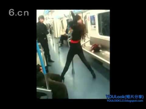 美女直接在地鐵上跳起火辣鋼管舞,還開始脫外衣,引起男子圍觀!