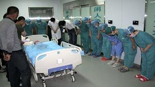 هل تعلم ماهو سبب إنحناء هؤلاء الأطباء احتراماََ لهذه الطفلة؟..
