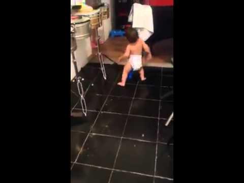 Comienza A Filmar A Su Bebè En La Cocina: Cuando Comienza La Musica Quedaran Atrapados!