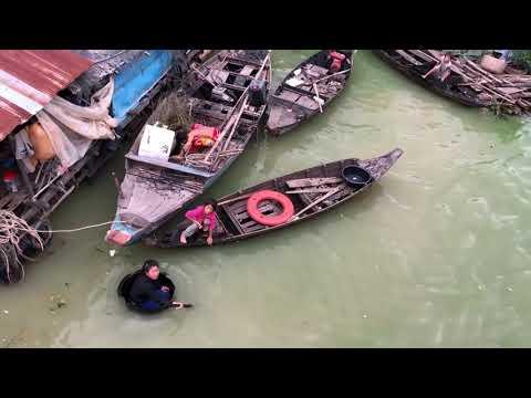 子どもたちは観光客から投げられた1ドル札に群がる 中国と共に歩むカンボジアの今