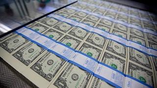 São Paulo - O Ibovespa e o dólar operavam em queda na manhã desta terça-feira (14). O principal índice da Bolsa operava na casa dos 66 mil pontos. O dólar re...