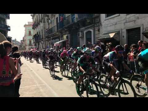 Giro d'Italia, l'arrivo dei ciclisti a Paternò: il video