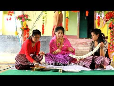 Video Manipuri bride makes flower garland for her groom download in MP3, 3GP, MP4, WEBM, AVI, FLV January 2017
