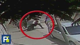El sujeto pasó por su lado y, al ver que no había nadie en la calle, regresó y la tiró al suelo. Después de arrebatarle la cartera brutalmente, huyó con un cómplice.Suscríbete: http://uni.vi/ZUFhuInfórmate: http://uni.vi/ZSu0SDale 'Me Gusta' en Facebook: http://uni.vi/ZUFuESíguenos en Twitter: http://uni.vi/ZUFwr e Instagram: http://uni.vi/ZUFyNLas noticias y reportajes más impactantes que ocurren en Estados Unidos y el mundo, presentadas por Bárbara Bermudo y Pamela Silva-Conde.