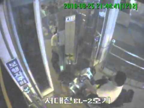 「[ハプニング]韓国で、電動車イスに乗った男性がキレて、エレベーターのドアを破壊し落下」のイメージ