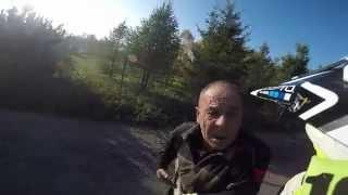 """""""Co ty dziadu odpie*dalasz z tym kijem?!"""" Mocna akcja motocyklisty na wiejskiej drodze!"""