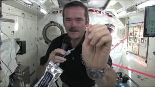 Comment les astronautes se lavent les mains ?