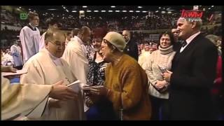 """Rydzyk znowu przyjmuje """"tajemnicze koperty"""" od swoich wiernych. Robi to w nietypowy sposób"""