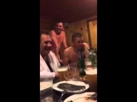 Мужик в бане рассказывает анекдот проДва путя и все валяются со смеху (видео)