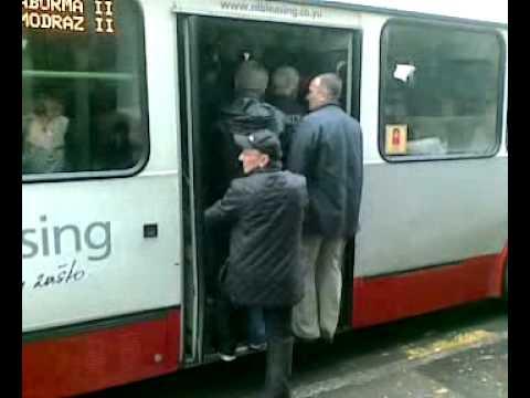 GUZENJE - Pogledajte kako jedan gospodin obezbedjuje sebi mesto u prepunoj 25-tici.. :)))