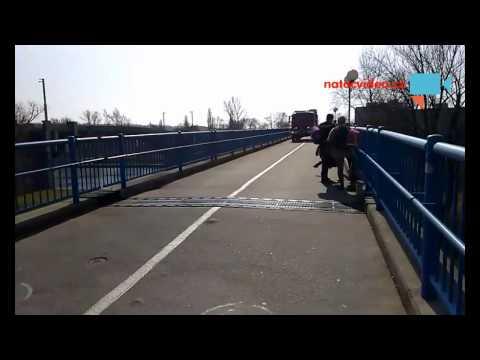 Záchranáři musí v Kralupech přes lávku pro pěší a cyklisty
