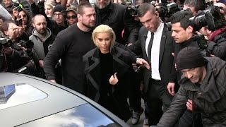 SRUMMM TIME - Blonde Kim Kardashian Creates Chaos At Balmain Fashion Show In Paris
