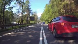Idiota na rowerze wyprzedza samochody na podwójnej ciągłej…