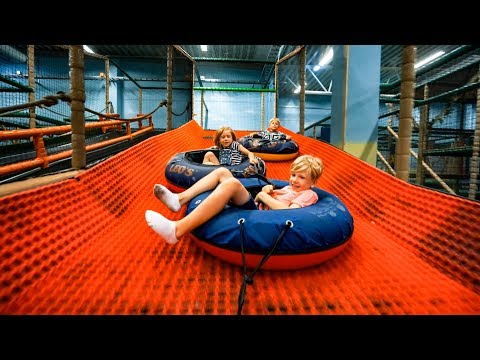Fun for Kids at Indoor Play Center (playground family fun) (видео)
