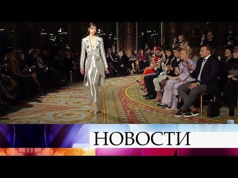 Российский модельер Валентин Юдашкин представил в Париже новую осенне-зимнюю коллекцию.