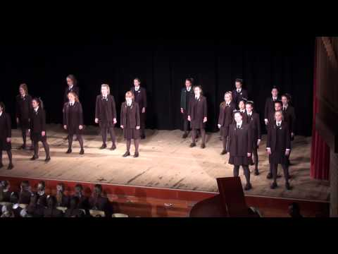 un gruppo di ragazze sale sul palco e canta bohemian rhapsody dei queen