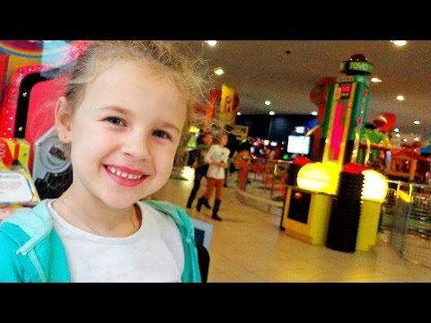 Видео для детей. Ксюша НА ДЕТСКОЙ ПЛОЩАДКЕ в Fun City. Развлечения детям. (видео)