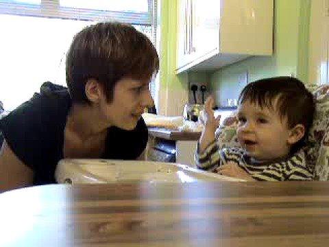 رضيع عمره 15 شهرا يتواصل بلغة الأشارة البريطانية & MAKATON